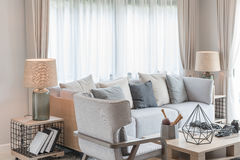 Modern vardagsrumdesign med uppsättningen av soffa och stol royaltyfri bild