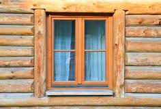 Modern venster in houten huis Royalty-vrije Stock Foto's