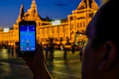 Modern vergroot werkelijkheidsspel op smartphone Stock Afbeeldingen