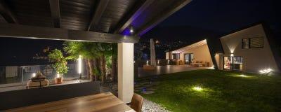 Modern villa i natten som är utomhus- Fotografering för Bildbyråer