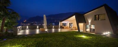 Modern villa i natten som är utomhus- Royaltyfria Foton
