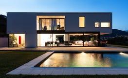 Modern villa med pölen Arkivbild