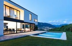 Modern villa med pölen Royaltyfria Foton