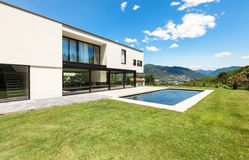 Modern villa med pölen Royaltyfri Fotografi