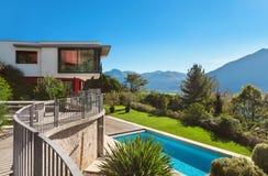 Modern villa med pölen Royaltyfri Foto