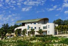 Modern villa på kullen i Nice Royaltyfria Bilder