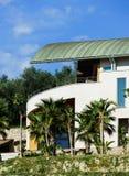 Modern villa på kullen i Nice Arkivbild