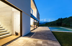 Modern villa with pool Royalty Free Stock Images