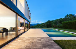 Modern villa with pool Royalty Free Stock Photography