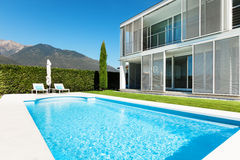 Modern villa, pool Royalty Free Stock Photos