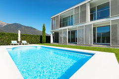 Modern villa with pool Royalty Free Stock Photos