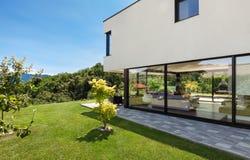 Modern villa som är utomhus- Arkivfoton
