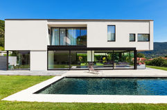Free Modern Villa With Pool Stock Image - 32029181