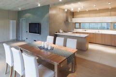 Modern vind med ett kök royaltyfria bilder
