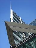 modern vinkelformig byggnad Arkivbild