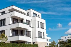 Modern vit bostads- konstruktion i Berlin Arkivbilder