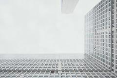 Modern vit bostads- skyskrapa som är vinkelrät mellan huskroppen Arkivfoton