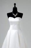 Modern vit bröllopsklänning som isoleras på grå bakgrund Royaltyfri Foto