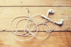 Modern vit hörlur som är vit i öraheadphone fotografering för bildbyråer
