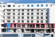 Modern vit konkret byggnad royaltyfria foton