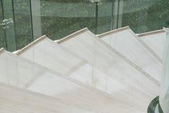 Modern vit marmortrappa för lyxig inre Arkivbild