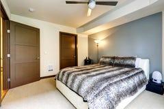 Modern vit säng med leopardtrycksängkläder Fotografering för Bildbyråer
