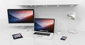 Modern vit skrivbordinre med dator- och för apparater 3D renderin Royaltyfria Bilder