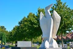 Modern vit skulptur av en abstrakt fågel Arkivbilder