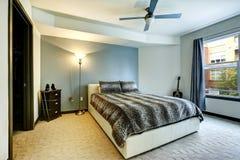 Modern vit säng med leopardtrycksängkläder Arkivbilder