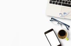 Modern vit tabell för kontorsskrivbord med bärbar datordatoren Arkivfoton