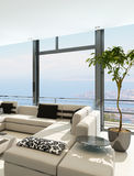Modern vit vardagsruminre med storartad seascapesikt Arkivfoton