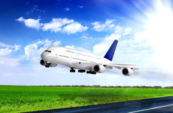 Modern vliegtuig in Luchthaven. Start op baan. Royalty-vrije Stock Foto