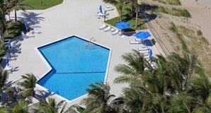 Modern, voor de betere inkomstklasse zwembad Stock Foto