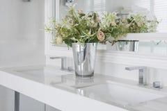 Modern wasbassin met teller en vaas van bloem royalty-vrije stock afbeeldingen