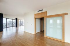Free Modern White Empty Loft Apartment Interior With Parquet Floor And Panoramic Windows, Overlooking The Metropolis City Stock Photos - 139480313