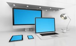 Modern wit bureaubinnenland met computer en apparaten 3D renderin Royalty-vrije Stock Afbeeldingen