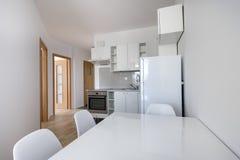 Modern, wit compact keuken binnenlands ontwerp royalty-vrije stock afbeelding