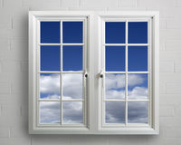 Modern wit pvcvenster met mening van blauwe hemel stock foto
