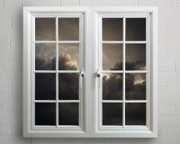 Modern wit pvcvenster met mening van stormachtige hemel Stock Foto's