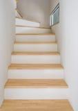 Modern wodden Treppenhaus lizenzfreie stockbilder