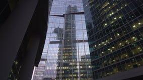 Modern, wolkenkrabbers die van glas worden gemaakt Verticaal panorama van onderaan dag stock videobeelden