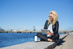 Modern woman using tablet Royalty Free Stock Photography