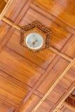 Modern wood takbakgrund med lampor Royaltyfri Bild