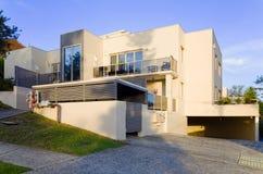 Modern woonflatgebouw buiten met balkons royalty-vrije stock afbeeldingen
