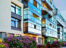 Modern woonflatgebouw die complex blok bouwen openlucht royalty-vrije stock afbeelding