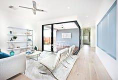 Modern woonkamer en terrasgebied door de gang Stock Foto's