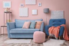 Modern woonkamerbinnenland met meubilair stock afbeeldingen
