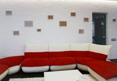 Modern woonkamerbinnenland met rode bank Royalty-vrije Stock Fotografie