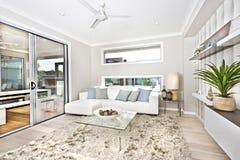 Modern woonkamerbinnenland van een luxehuis stock afbeeldingen