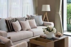 Modern woonkamerontwerp met bank en lamp Royalty-vrije Stock Afbeeldingen